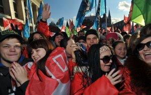 """Maskvoje susirinko tūkstantinės Kremlių remiančio judėjimo """"Naši"""" minios"""